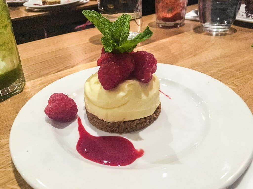 white-chocolate-chocolate-mascarpone-cheesecake-with-raspberries